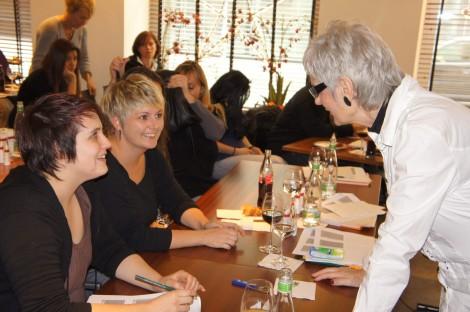 &copy DENTASTIC // Teilnehmerinnen werden von Silvia Marisa Meier instruiert.